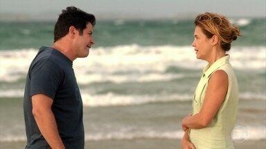 Tufão chega em Cabo Frio e encontra Carminha - Ela abraça o jogador na praia