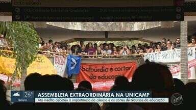 Em assembleia inédita, Unicamp aprova moção em defesa da educação, ciência e autonomia - Alunos, professores e membros da administração se reuniram no Ciclo Básico do campus de Campinas (SP) nesta terça-feira (15). Segundo a universidade, cerca de 8 mil pessoas participaram do ato.