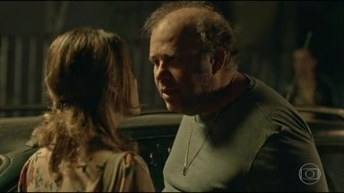 Carlos passa dos limites com Sônia - Reginaldo observa a discussão do casal. Lúcia não conta para Jaci que não deixou o bebê na delegacia