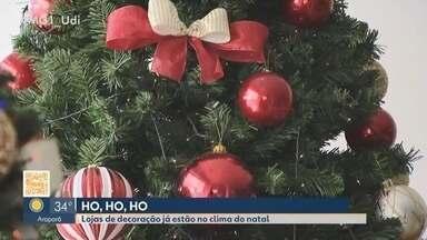 Comerciantes de Uberlândia começam a investir na decoração das vitrines natalinas de 2019 - Os empresários disseram que a antecipação da decoração visa atrair ainda mais consumidores. Veja também os artigos mais demandados pelos clientes.