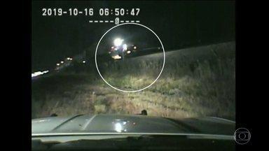 Nos EUA, policial arrisca a própria vida ao evitar que homem fosse atropelado por trem - O acidente foi no estado de Utah. As imagens da câmera da patrulha mostram o policial correndo na direção de um carro que foi parar no trilho da ferrovia depois de um acidente.