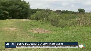 Corpo de mulher é encontrado em rio - O enteado dela de 4 anos estava sozinho dentro de um carro abandonado.