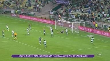 No apagar das luzes, Chape perde para o Palmeiras e segue na lanterna da Série A - No apagar das luzes, Chape perde para o Palmeiras e segue na lanterna da Série A
