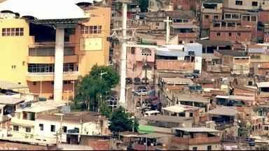 Décadas de esquecimento - São décadas de descaso no complexo. O emaranhado de casas de alvenaria, madeira e até pau a pique tem mais de 100 mil habitantes, mas a contagem não é exata.