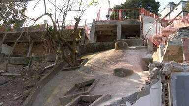 Prefeitura publica contrato de obra que começou e já acabou - A publicação no Diário Oficial trata da demolição das casas interditadas no Vidigal. As obras começaram em maio, três meses depois das chuvas que castigaram a região, e já terminaram.