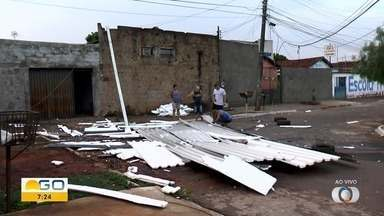Raio cai sobre casa e derruba telhado em Goiânia, diz morador - Também de acordo com ele, o filho adulto estava no imóvel no momento do acidente, levou um grande susto, mas não se machucou.
