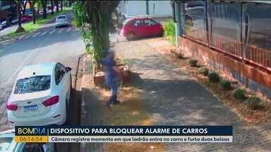 Câmera registra momento em que ladrão entra no carro e furta duas bolsas - Ladrões usaram dispositivo para desbloquear alarme do carro.