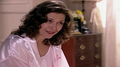Capítulo de 15/06/2000 - Capitu joga na cara de Ema que paga todas as contas da casa. Fred e Clara encontram Helena e Edu saindo do banho. Íris não esconde a decepção ao encontrar Sílvia com Pedro.
