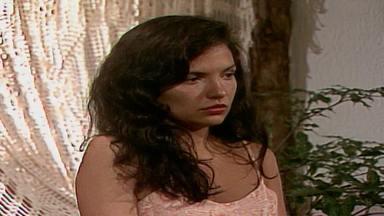 Capítulo de 22/08/1989 - Osnar dá a Timóteo o dinheiro de sua dívida do próximo mês. Ascânio descobre onde Helena está. Carol e Osnar se conhecem na praia. Perpétua recebe um telegrama de seu filho Ricardo.