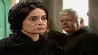 Capítulo de 24/08/1989 - O padre obriga Perpétua a autorizar Terto de vender para Carol. Peto rouba a batina de Ricardo. Imaculada se distrai olhando Ricardo nu e Trapizomba a pega.