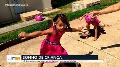 Menina de 5 anos com síndrome de Down sonha com 1ª festa de aniversário, em Goiás - Família não tem condições de pagar uma festa para Alice, que nasceu com apenas 1,8 kg e passou 100 dias na UTI. 'Ela é nosso grande milagre diário', diz a mãe.