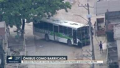 Bandidos usam ônibus como barricada para impedir passagem da PM em Belford Roxo - O caso aconteceu na comunidade Santa Teresa. A Transporte Flores disse que quatro veículos da empresa foram utilizados por traficantes para impedir a entra da da polícia.