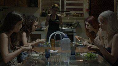 Episódio 1 - Raquel decide trabalhar como prostituta em um clube particular. À medida que os clientes passam a gostar mais dela, a inveja começa a surgir entre suas colegas de trabalho.