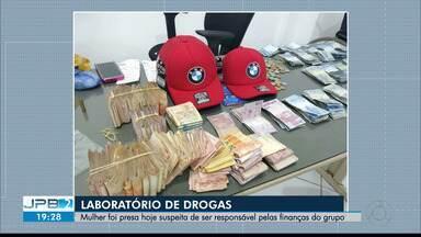 Mulher é presa suspeita de cuidar das finanças do 'laboratório' de cocaína no Conde - Mulher seria a operadora financeira do 'laboratório' de cocaína desarticulado durante operação na sexta-feira (18), quando dois homens foram presos. Com ela foram apreendidos R$ 40 mil.
