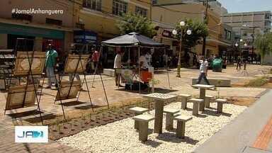 Rua do Lazer é entregue após obra de revitalização, em Goiânia - Local ganhou bancos, mesas e nova iluminação. Becos vão ser decorados com grafites.