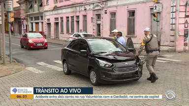 Acidente entre dois carros no centro de Porto Alegre não deixa feridos - Assista ao vídeo.