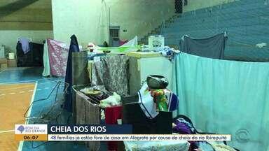 Moradores de Alegrete ficam fora de suas casa após enchente do rio Ibirapuitã - Expectativa é que o nível do rio baixe.