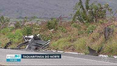 Pai e filha morrem em acidente na BR-104 em Taquaritinga do Norte - Vítimas estavam em um carro; mulher que estava em uma moto também morreu.