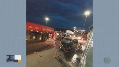 Carro e carreta se envolvem em acidente na BR-459 em Pouso Alegre (MG) - Carro e carreta se envolvem em acidente na BR-459 em Pouso Alegre (MG)