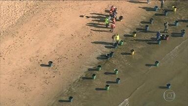 Manchas de óleo chegam à Praia de Barra de Jangada, em Jaboatão dos Guararapes (PE) - O Globocop registrou, na manhã desta quarta-feira (23), o momento em que garis trabalhavam na limpeza. Vários baldes foram usados para ajudar na remoção do óleo.