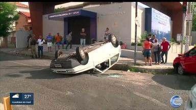 Casal de idosos capota carro em acidente no Centro de Teresina - Casal de idosos capota carro em acidente no Centro de Teresina
