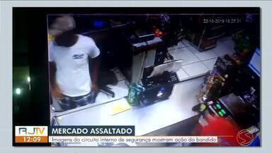 Câmeras de segurança flagram assalto a mercado em Angra dos Reis - Suspeito entrou no local,ameaçou funcionários dizendo estar armado e levou R$ 800 do caixa.