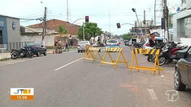Carreta bate em poste e derruba fiação em cruzamento no bairro Fátima, em Santarém - Incidente ocorreu na madrugada desta quarta-feira (23).