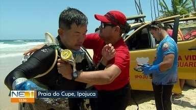 Mergulhadores fazem mutirão para recolher óleo de áreas próximas a corais em Ipojuca - Trabalho de limpeza é realizado na Praia do Cupe.