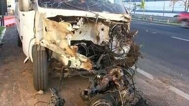 Motorista de van trafega na contramão e bate em caminhão-cegonha em Bauru - Acidente aconteceu na Rodovia Marechal Rondon, em Bauru, no sentido interior-capital. Segundo a Polícia Rodoviária, ele percorreu pelo menos 3 km na contramão na via. Homem de 41 anos foi socorrido em estado grave.