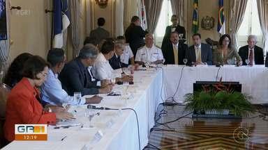 Paulo Câmara se reúne com representantes de cidades do litoral atingidas pelo óleo - O encontro foi para falar sobre as medidas tomadas até agora para conter o avanço do óleo nas praias do estado e o que deve ser feito nos próximos dias.