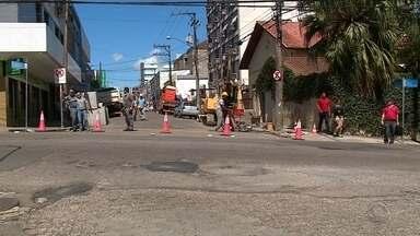 Trecho do centro de Santa Maria tem trânsito bloqueado - Prefeitura está realizando obras de drenagem pluvial no local.