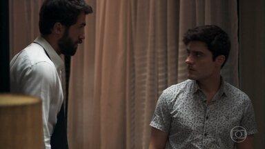 Leandro reconhece Rael trabalhando como copeiro na festa de Rock - Enquanto os convidados cantam parabéns, Zé Hélio tenta instalar um programa espião no celular de Fabiana