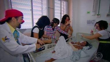 Trabalho voluntário e caridade: felicidade para quem dá e quem recebe - Beatriz Castro acompanha grupo que leva alegria para hospitais e asilos e conversa com seus membros e pelas pessoas atendidas por eles com a palhaçoterapia.