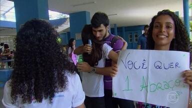Disciplina Felicidade faz sucesso em universidades - O Globo Repórter acompanhou uma aula na UFPE, que acaba de abrir sua primeira turma da disciplina. Ela já é a mais disputada do campus e o foco é o autoconhecimento.
