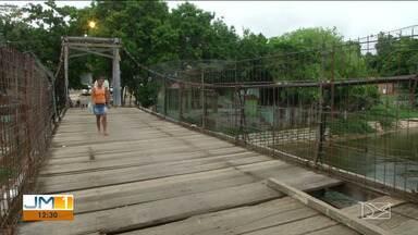 Moradores reclamam dos perigos em pontes sobre o rio Balsas - Em uma delas existe uma passarela para pedestres que nem todo mundo se arrisca a usar por causa da falta de segurança.