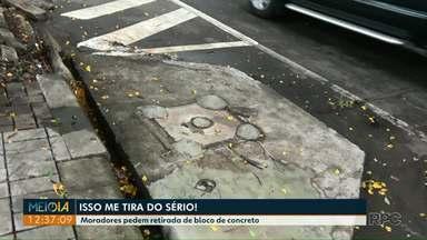 Moradores pedem retirada de bloco de concreto em vaga de estacionamento - Eles participaram do quadro Isso me tira do sério, do Meio-Dia Paraná.