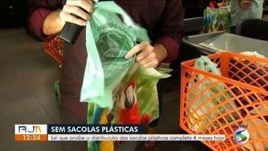 RJ1 mostra adaptação de moradores do Sul do Rio com lei de proibição de sacolas plásticas - Lei completa quatro meses neste sábado.
