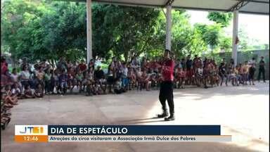 Atrações do circo fazem apresentação especial na Associação Irmã Dulce dos Pobres - Crianças tiveram tarde especial na companhia do palhaço e malabaristas; veja na reportagem.