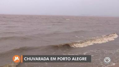 Chuvarada e ventos fortes atingem Porto Alegre nesta terça-feira (29) - Assista ao vídeo.