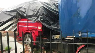 Caminhão invade casa em Caminho do Meio na manhã desta terça-feira (29) - Uma criança teve ferimentos leves.