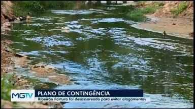 Defesa Civil de Nova Serrana executa Plano de Contingência 2019 para o período chuvoso - Ações de limpeza em lotes, ruas e bueiros já foram realizadas na cidade, além do desassoreamento do Ribeirão Fartura.