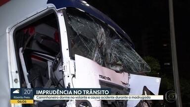 Dois caminhões bateram na Avenida Bandeirantes - Acidente aconteceu na madrugada desta quarta-feira (30).