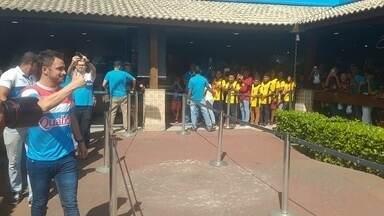 Falcão recebe carinho de fãs em evento no Cabo de Santo Agostinho - Ídolo do futsal é ovacionado em shopping de cidade pernambucana