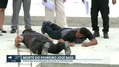 Polícia faz reconstituição de morte de pedreiro na Vila Kennedy - Agentes subiram na laje onde José Baía Júnior foi atingido por um tiro quando trabalhava. Laudo deve sair no prazo de 30 dias.