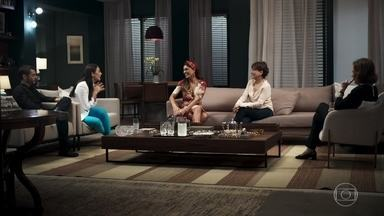 Beatriz oferece sua casa para promover um encontro com a família de Maria da Paz - Vivi decide chamar Fabiana para a comemoração