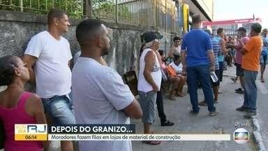 Após chuva de granizo, moradores de Nova Iguaçu fazem fila para comprar telhas - Moradores de Nova Iguaçu estão fazendo fila em frente a uma loja de material de construção para tentar comprar telhas. Muitas casas tiveram os telhados destruídos após uma chuva de granizo.