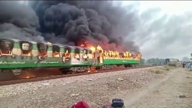 Incêndio em trem mata mais de 70 pessoas no Paquistão - Tragédia foi provocada por explosão de botijão de gás.