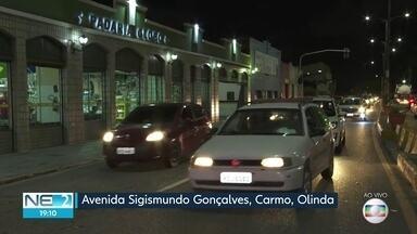 Obra da Compesa complica trânsito e causa engarrafamento em Olinda - Avenida Sigismundo Gonçalves é um dos principais acessos à cidade.