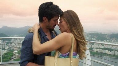 Marcos e Paloma se beijam - Paloma fica desconcertada após o beijo