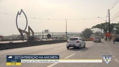 Via Marginal da rodovia Anchieta está interditada - Bloqueio é na altura do km 64, perto dos acessos para os bairros Alemoa, Chico de Paula e Saboó.